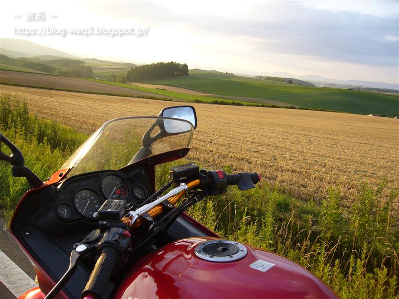 美瑛の畑をバックにしたGPZ1100の写真