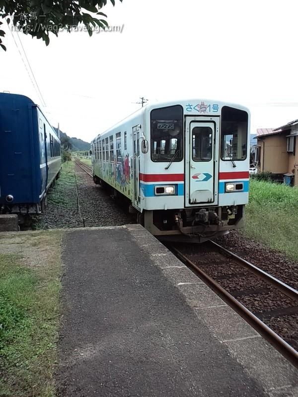 若桜鉄道隼駅のホームにて