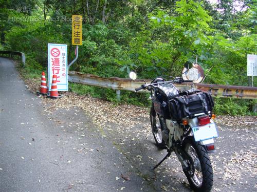 玉の川林道との分岐点 直進が国道371号線 右側に林道への入り口あり