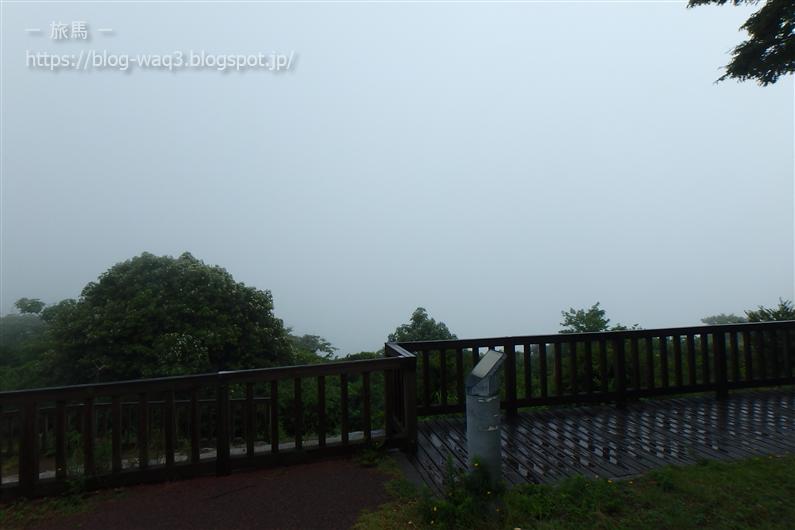 霧に包まれた五色台スカイラインの展望台