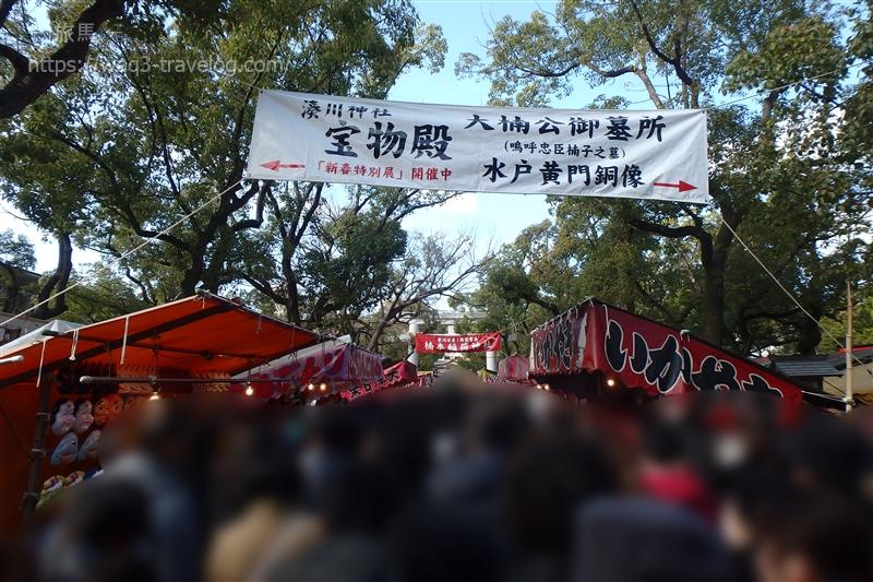 屋台が並ぶ湊川神社の参道
