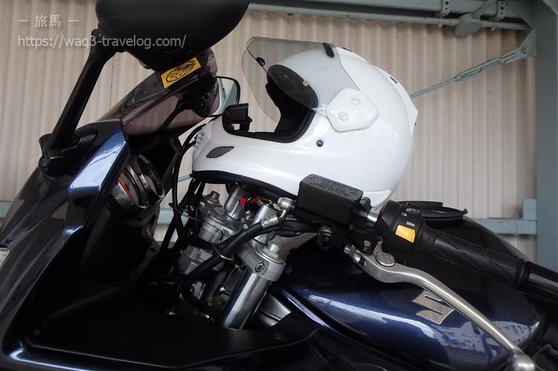 カラビナでヘルメットをハンドルに繋げたところ