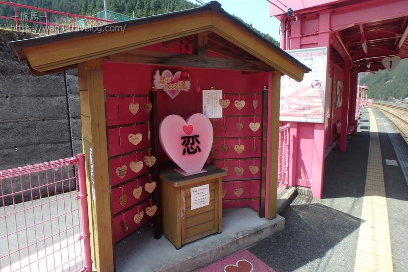 恋山形駅のハートのモニュメント