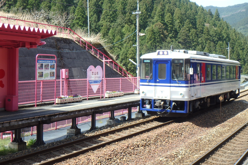 恋山形駅に普通列車が入線
