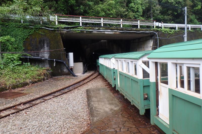 湯ノ口温泉駅に停車中の鉱山トロッコ電車