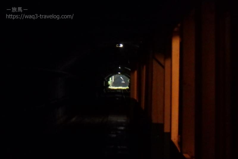 鉱山トロッコ電車のトンネル内部