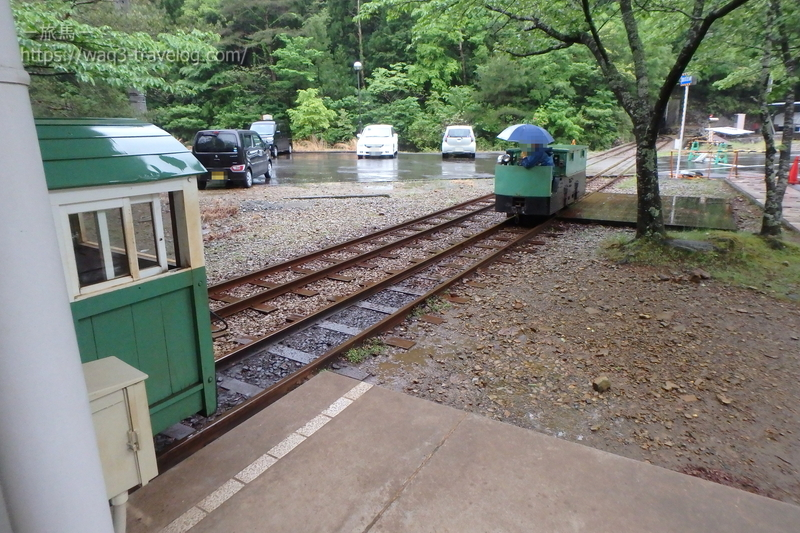 機関車入れ替え中の鉱山トロッコ電車