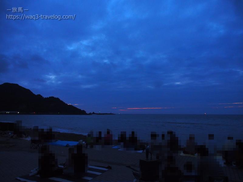 浜坂県民サンビーチで花火の打ち上げを待つ