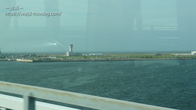 ポートライナーから神戸空港を眺める