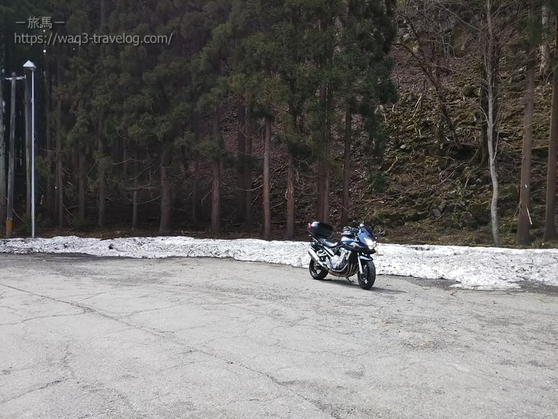 雪の残る戸倉峠