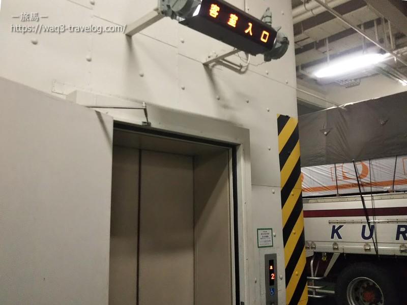 車両甲板のエレベーター乗り場