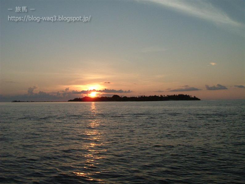 モルジブの海に沈む夕日